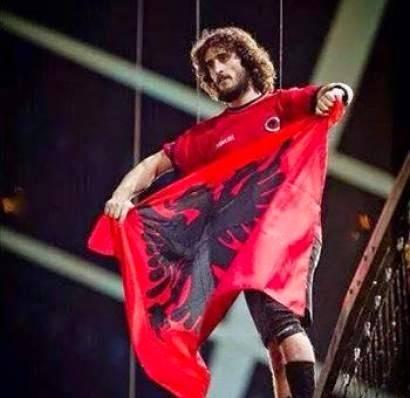 Historia e djaloshit që ngriti flamurin në Beograd